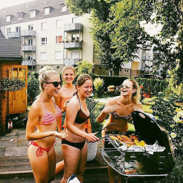 some_hot_ladies_tuck_into_some_bbq_640_15