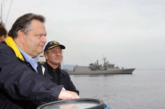 Ο Υπουργός Εθνικής ¶μυνας κ. Ευάγγελος Βενιζέλος, συνοδευόμενος από τον Αναπληρωτή Υπουργό κ. Πάνο Μπεγλίτη και τους αρχηγούς των Γενικών Επιτελείων, παρακολούθησε σήμερα, Τετάρτη 6 Οκτωβρίου 2010, από σκάφος του Πολεμικού Ναυτικού μία από τις φάσεις της διακλαδικής άσκησης «ΠΑΡΜΕΝΙΩΝ» που διεξάγεται τις μέρες αυτές. (EUROKINISSI // ΥΠΟΥΡΓΕΙΟ ΕΘΝΙΚΗΣ ΑΜΥΝΑΣ)