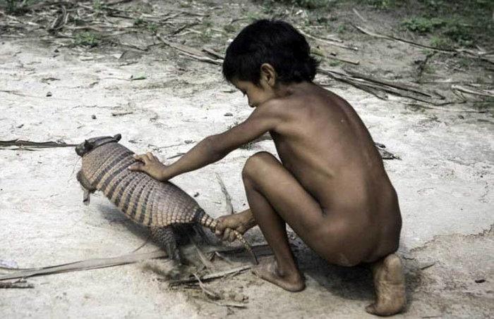 awa_amazon_tribe_breastfeeds_animals_05