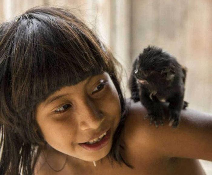 awa_amazon_tribe_breastfeeds_animals_12