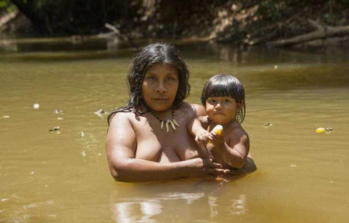 awa_amazon_tribe_breastfeeds_animals_16